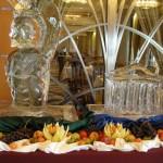 ijssculptuur en daarachter een blik in 1 van de restaurants